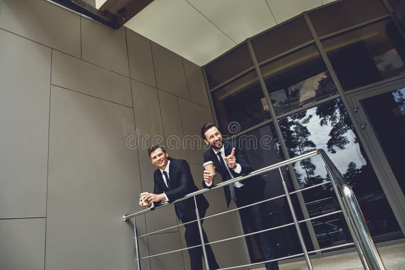 Två kolleger som leker nära sitt kontor och leker arkivbilder