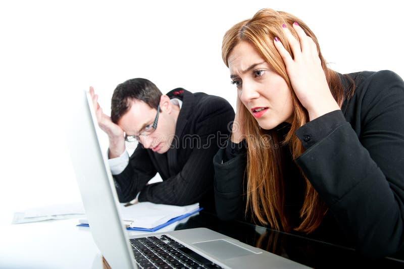 Två kollegor som tillsammans arbetar och får stressade arkivbild