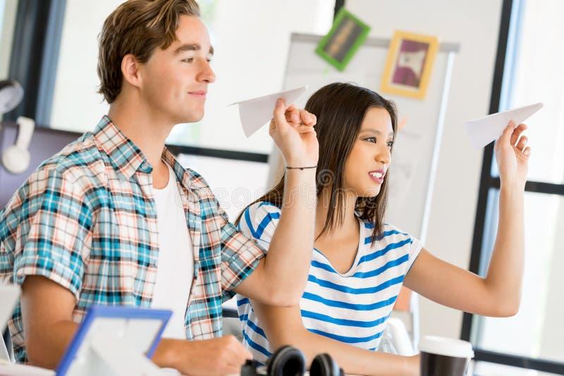 Download Två Kontorsarbetare På Skrivbordet Arkivfoto - Bild av caucasian, vänner: 78732336