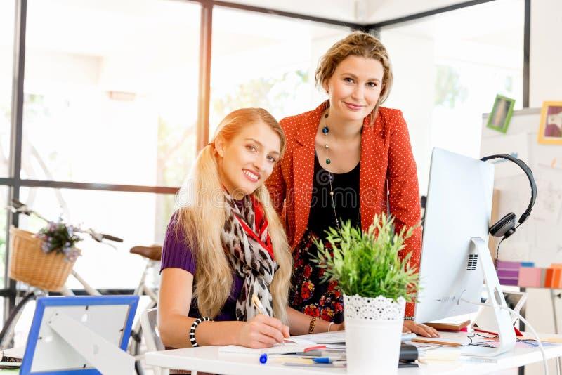 Två kontorsarbetare på skrivbordet arkivbilder