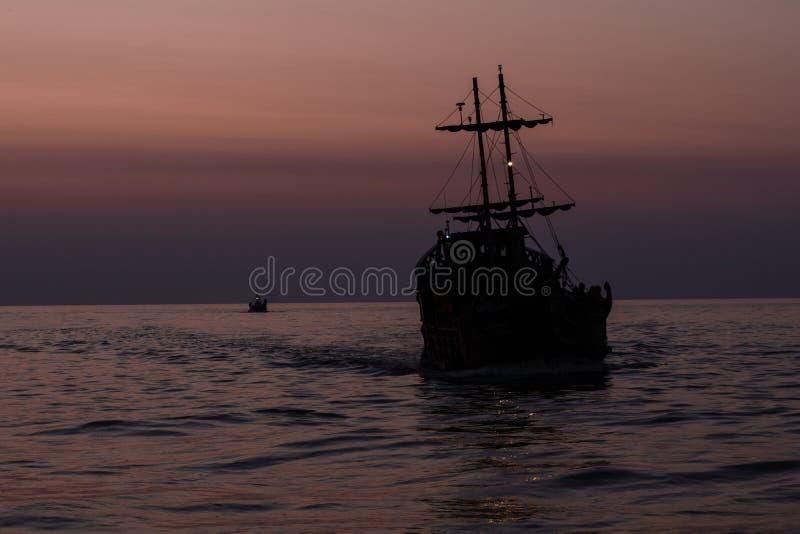 Två konturer av skepp som seglar på havet royaltyfria bilder