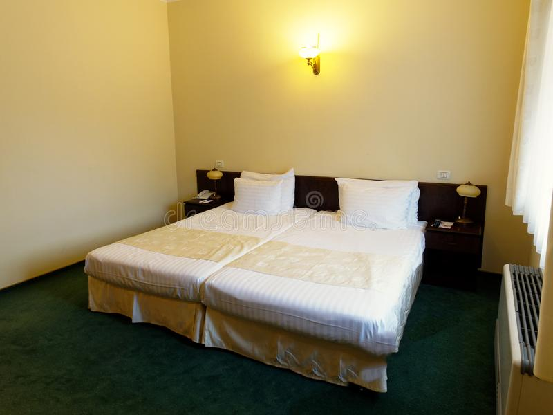 Tv? konung Single Beds i hotellrum arkivbilder