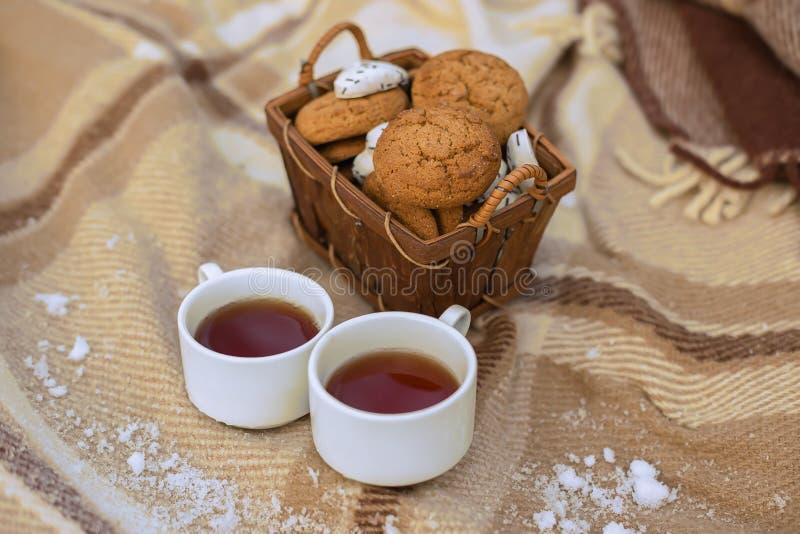 Två kopp te och kakor arkivfoton