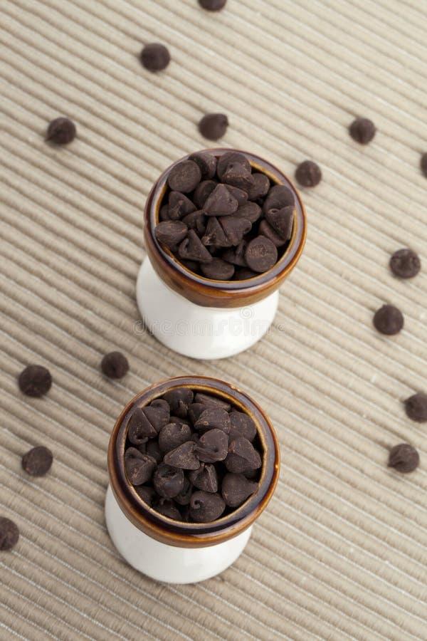 Två koppar av chokladchiper royaltyfria foton