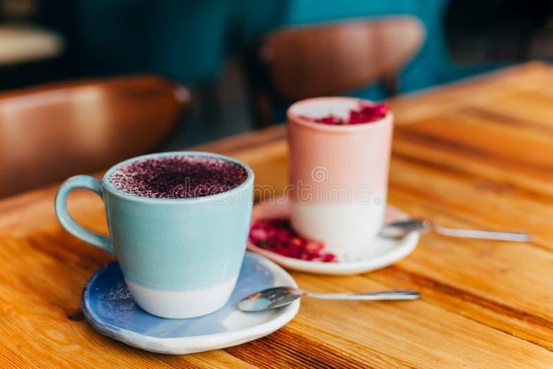 Två koppar av latte på tabellen royaltyfri bild
