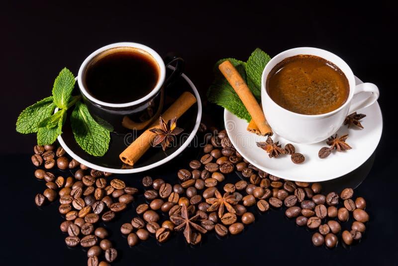 Två koppar av svart kaffe med grillade bönor royaltyfri fotografi