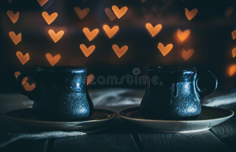 Två koppar kaffe i ett hemtrevligt kafé Datum på valentin dag royaltyfri fotografi