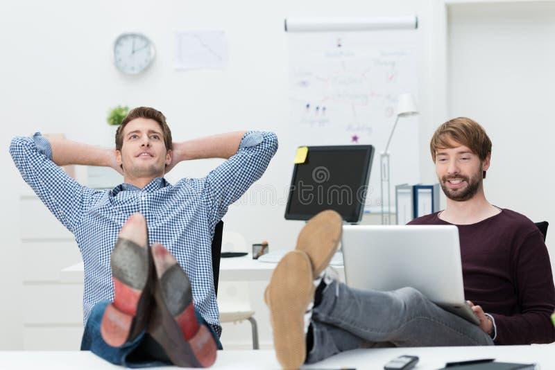 Två kopplade av säkra unga affärspartners royaltyfria foton