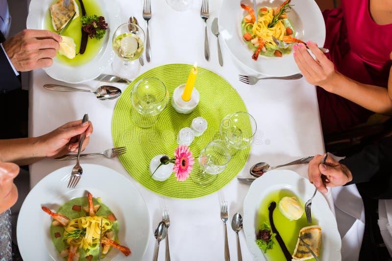 Två kopplar ihop fint att äta middag i restaurang royaltyfria foton