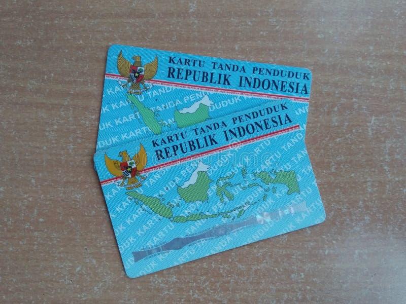 Två KTP-kort eller indonesiskt identitetskort på en trätabell royaltyfri bild