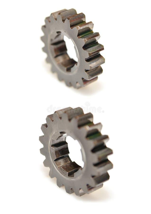 Två kugghjul som isoleras med den selektiva fokusen royaltyfri foto