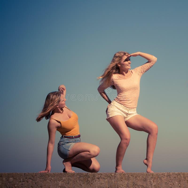 Två kvinnabästa vän som har utomhus- gyckel fotografering för bildbyråer