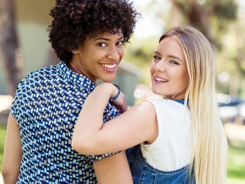 Download Två Kvinnavänner Parkerar In Fotografering för Bildbyråer - Bild av lycka, vänner: 78728577