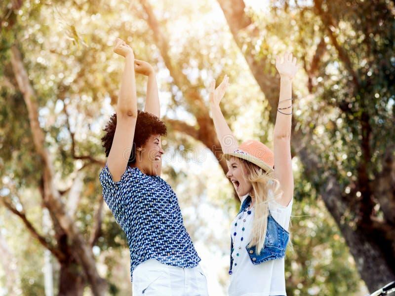 Download Två Kvinnavänner Parkerar In Arkivfoto - Bild av lyckligt, utomhus: 78728928