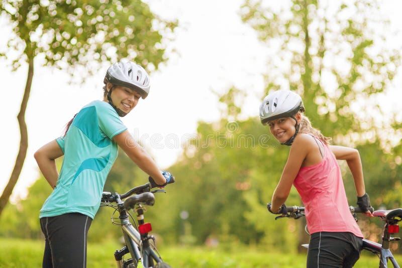 Två kvinnliga Caucasian cyklister arkivfoto