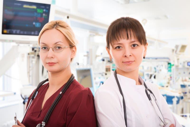 Två kvinnliga doktorer i ICU royaltyfri fotografi