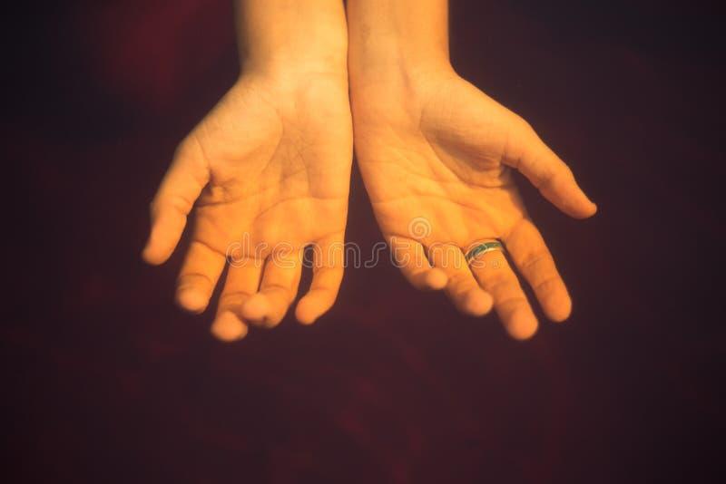 Två kvinnliga händer under vattnet royaltyfri bild