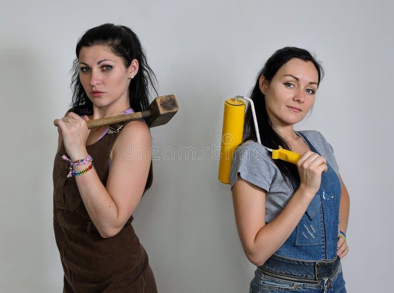 Två kvinnliga inredekoratörer royaltyfri bild