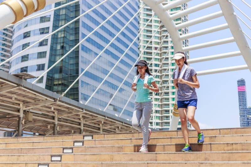 Två kvinnliga joggers royaltyfria bilder