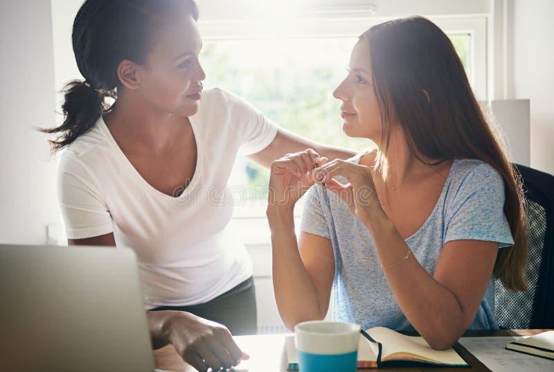 Två kvinnliga kollegor i en start-up affär arkivbild