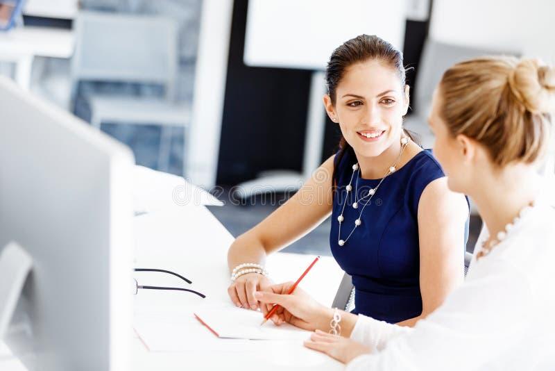Två kvinnliga kollegor i regeringsställning royaltyfri foto