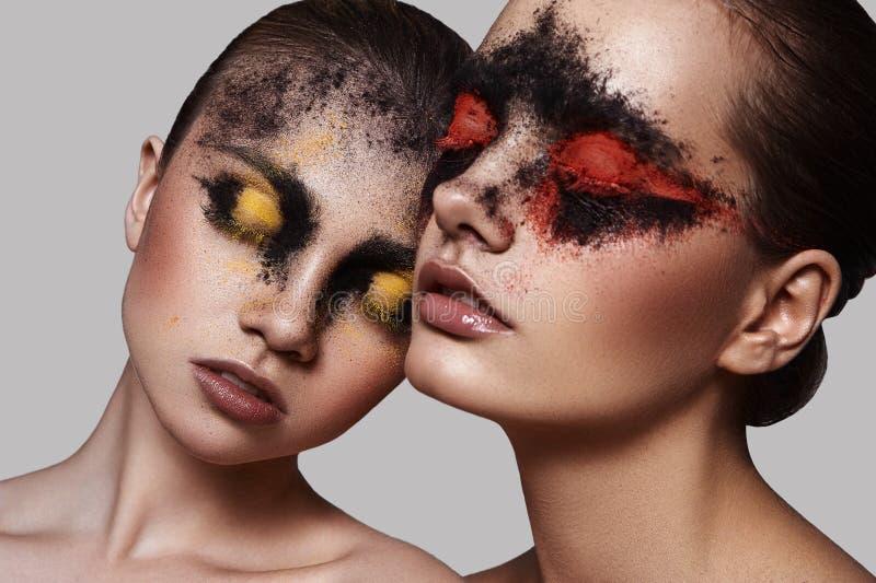 Två kvinnliga modeller med skönhetmakeup arkivbilder