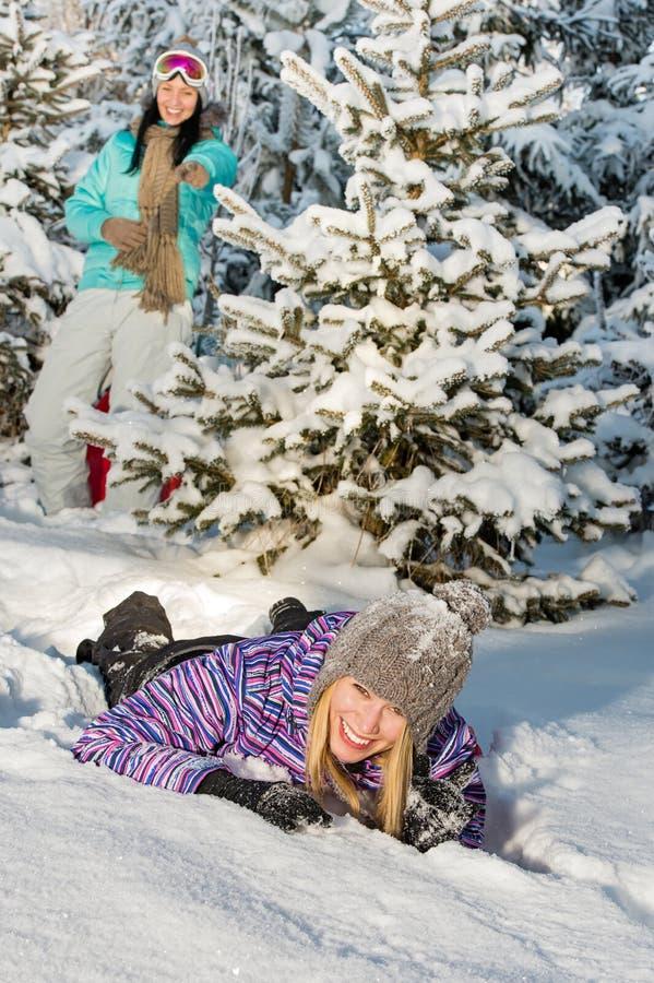 Två kvinnliga vänner tycker om snövinterbygd arkivbild