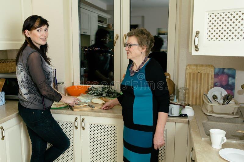 Två kvinnor i köket arkivbilder