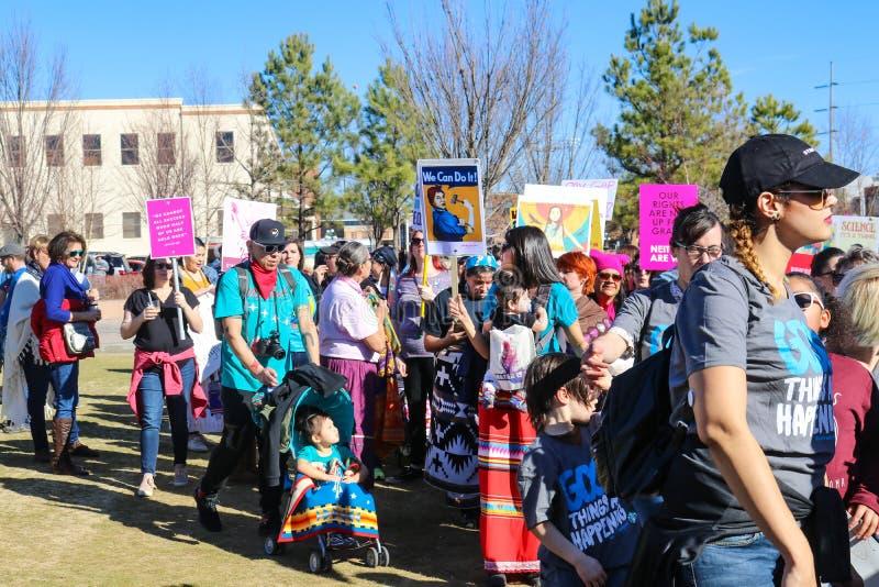 Två kvinnor i solglasögon och rosa pussyhattar på kvinnors dag marscherar i Tulsa Oklahoma USA 1-20-2018 arkivbilder