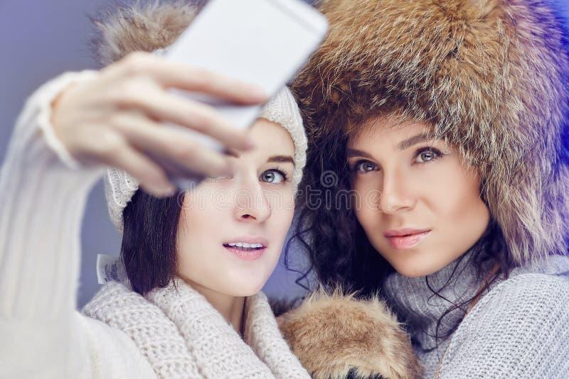 Två kvinnor i vinterkläder arkivbild
