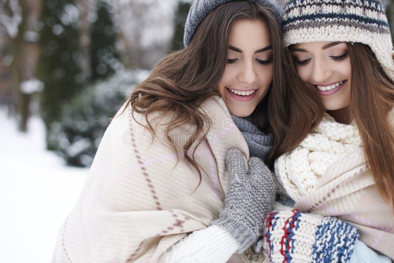 Två kvinnor i vinterkläder arkivfoton