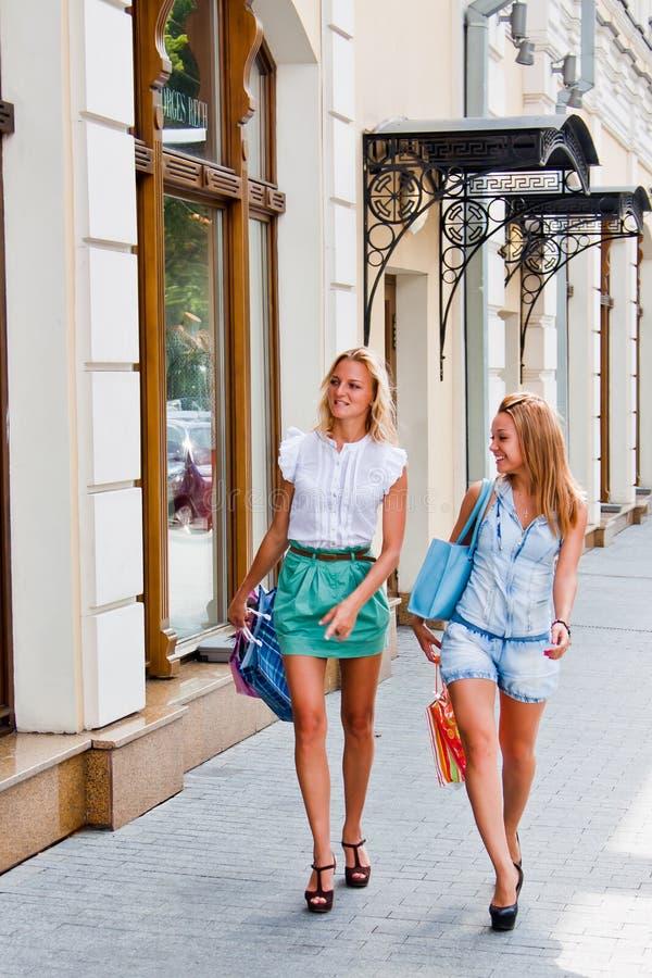 Download Två kvinnor med shopping arkivfoto. Bild av skratta, stads - 27279366