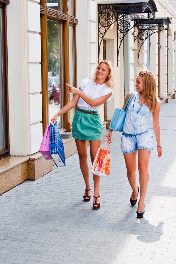 Download Två kvinnor med shopping fotografering för bildbyråer. Bild av kvinnor - 27279371