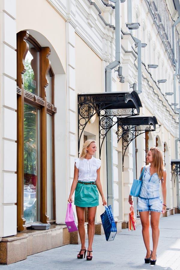 Download Två kvinnor med shopping arkivfoto. Bild av stads, kvinnor - 27279372