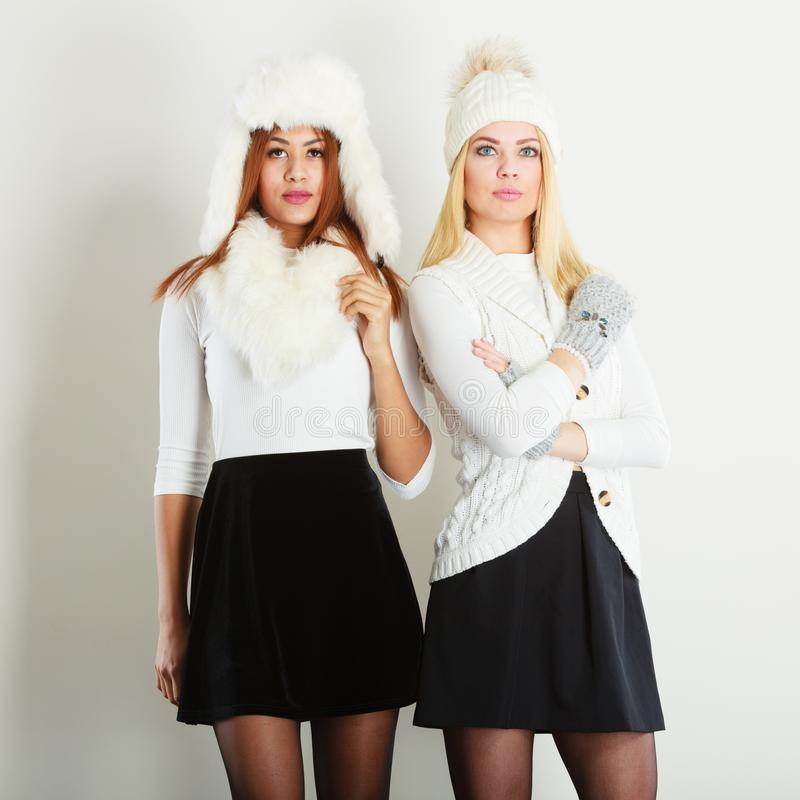 Två kvinnor med vinterkläder arkivfoto