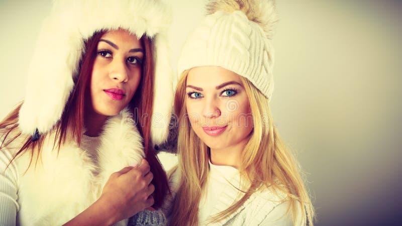 Två kvinnor med vinterkläder royaltyfria bilder