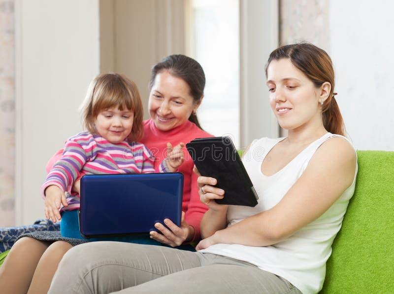Två kvinnor och barnlooksapparater arkivbilder