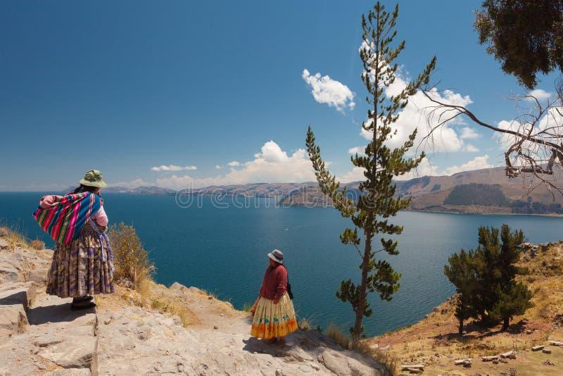 Två kvinnor på Titicaca sjön royaltyfria foton