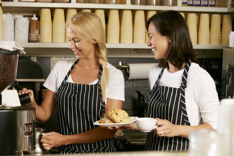 Två kvinnor som arbetar i coffee shop royaltyfri fotografi