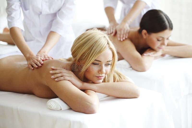 Två kvinnor som får massage royaltyfria bilder