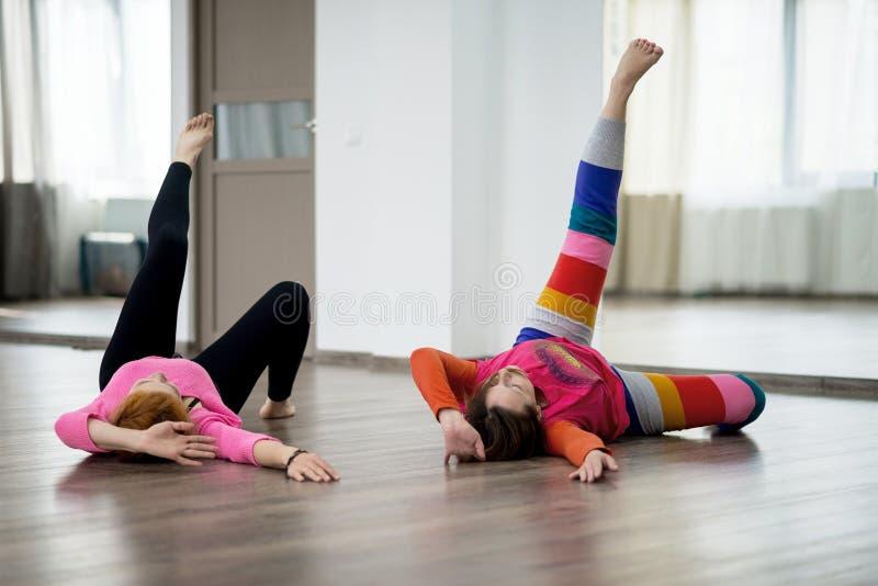 Två kvinnor som gör fysisk övning fotografering för bildbyråer