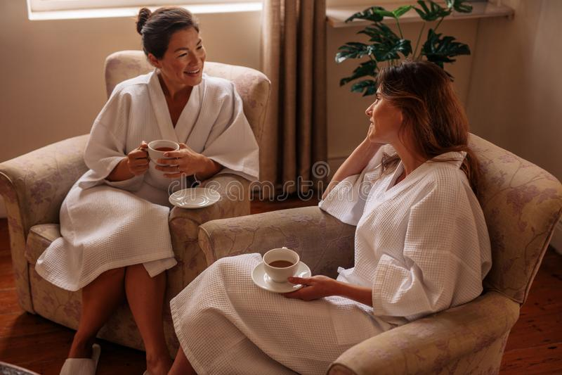 Två kvinnor som väntar på deras brunnsortbehandling royaltyfri bild