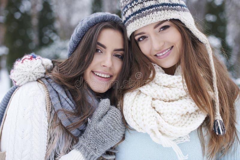Två kvinnor under vinter royaltyfri foto