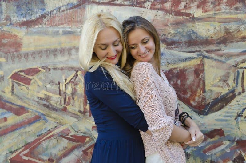 Två kvinnors systrar nära bilden med den målade grafiten arkivbilder