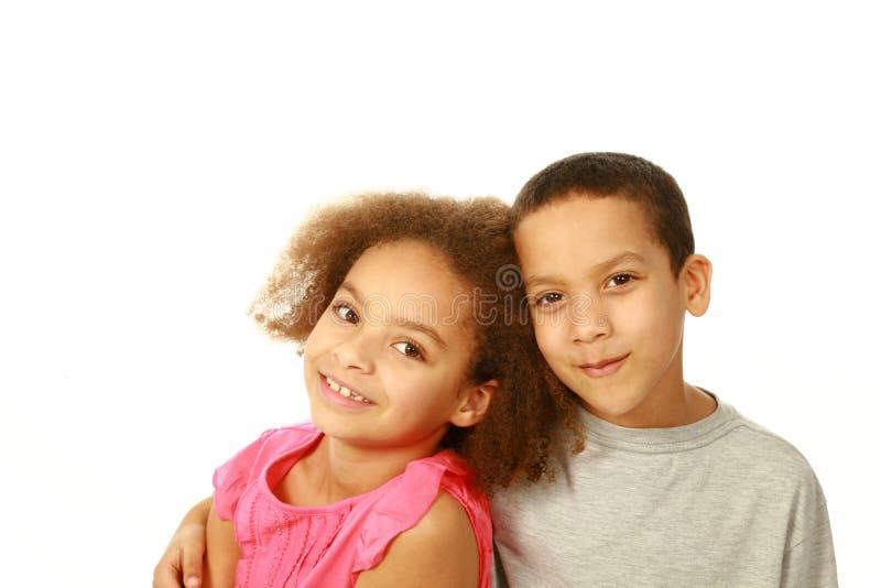 Två le barn för blandat lopp arkivbilder