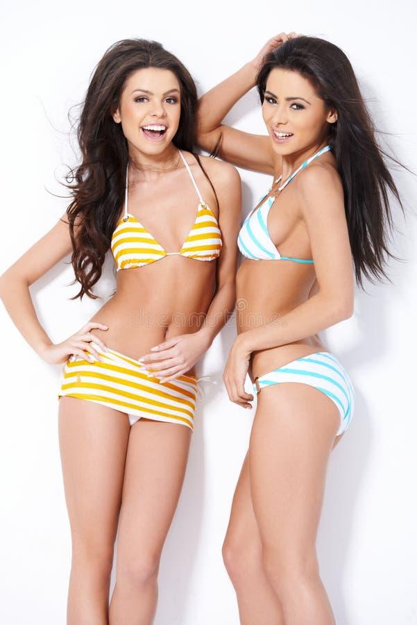 Två le flickor i baddräkter arkivbilder