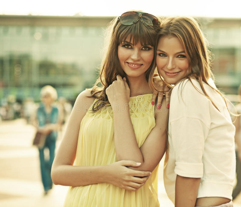 Två le flickvänner med sommarsmink royaltyfri fotografi