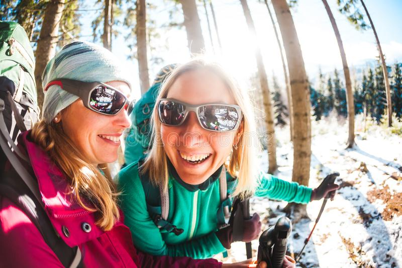 Två le kvinnor i en vintervandring arkivfoto