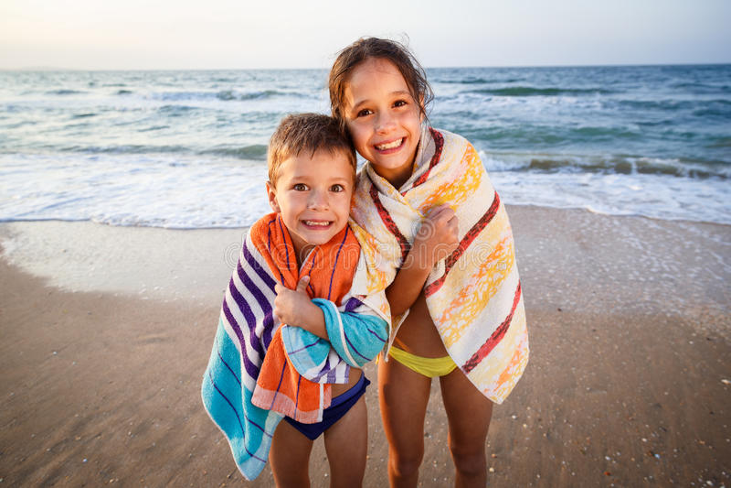 Två le ungar på stranden royaltyfria bilder