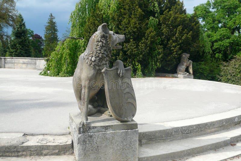 Två lejon med sköldar parkerar in av den Lednice slotten royaltyfria foton